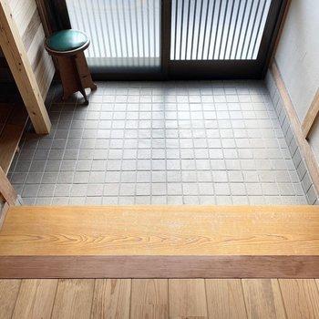 タタキが広く框に腰掛けてご近所様とお喋りできそうな懐かしさを感じる玄関空間。
