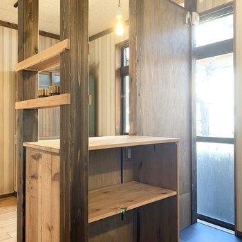 対面には冷蔵庫置場とカウンターが。キッチン家電の置場もしっかりありますね。