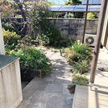 石畳のアプローチとお庭空間。