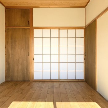 【洋6西】こちらは柱の出ている真壁と障子のお部屋で和洋折衷な雰囲気。
