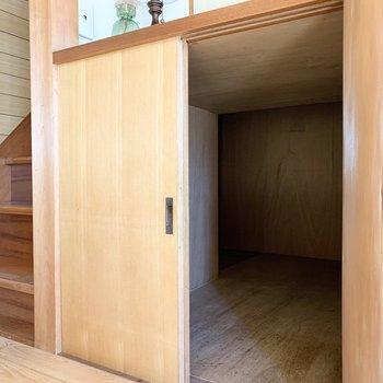 下部は階段下のデッドスペースを利用した奥行きのある収納に。