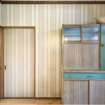 こちらも素敵なレトロ家具の横に気になる扉が。