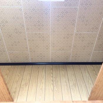 上部にはぐるっと棚板が。ここの天井も素敵だな〜◎