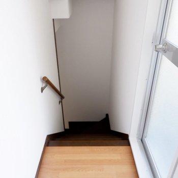 2階踊り場です。右の扉からはバルコニーへ。