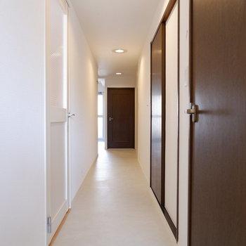 1階廊下、ブラウンの扉が引き締まった印象に。