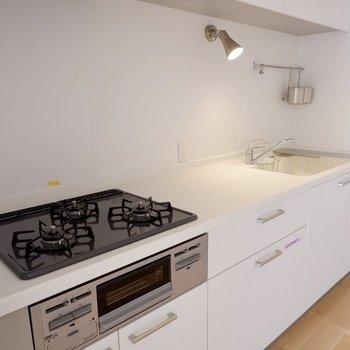 調理スペースもシンクもコンロまで、料理が楽しくなるキッチンです。