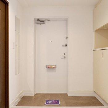 玄関。優しく暖かな色合いで、帰宅してすぐ、スイッチを切り替えられそうですね。