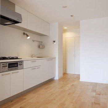 キッチン背面には食器棚や冷蔵庫のスペースがゆったり取られています。