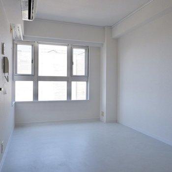 【2階洋室】こちらは白に統一された爽やかな空間。