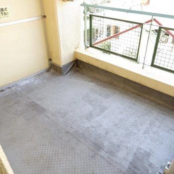 1階廊下の先、ゆったりとしたバルコニーです。キャンピングチェアなど持ち込めます。