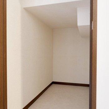 階段を降りて1階へ、階段下の収納は使用頻度の低い物置などに。