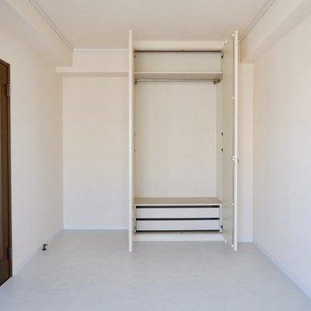 【2階洋室】各部屋に大容量の収納があり、利便性高いお部屋です。