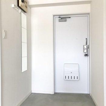 【イメージ】玄関の床はグレーで落ち着いた雰囲気になります。