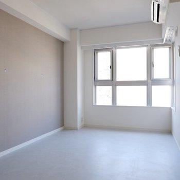 【1階洋室②】こちら白のタイルに近い床です。l字の窓で明るい空間。