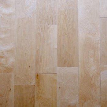 【ディティール】バーチ材を利用した、ぬくもりある無垢床。なんだか安心する肌触りです。