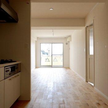 キッチンからリビングにかけて、奥行きある空間です。