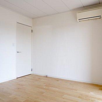 【1階洋室①】エアコン付きのため、夏も冬も快適です。