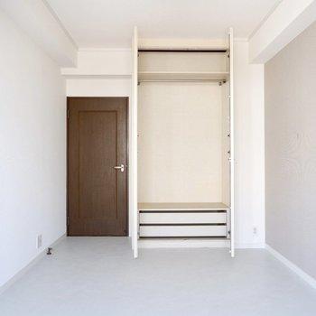【1階洋室②】柔らかなアクセントクロスが白い床に溶け込みます。