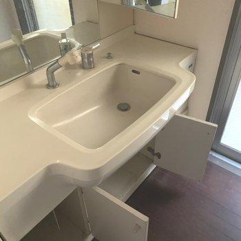 【工事前】洗面台は既存ですが、シートを貼ります。
