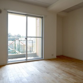 【1階洋室①】無垢床のお部屋、寝室にして憩いの空間にしたいですね。
