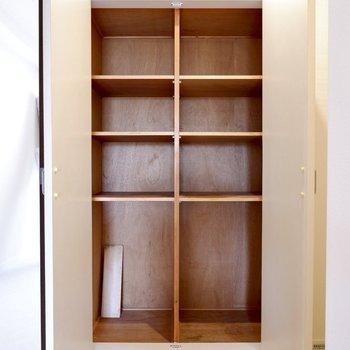 キッチン奥には食料庫にも、日用雑貨のストックにも良い収納があります。