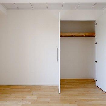 【1階洋室①】大容量の収納付きです。棚もついていて、季節布団などもしまえます。