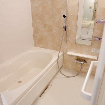 傘を干したりするのに良さそうなスペースですね。フルリノベーションされた浴室。楕円形の浴槽は奥行きがゆったりしていて、しっかり足を伸ばせそう。