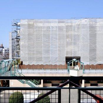 眺望は同建物の敷地内です。
