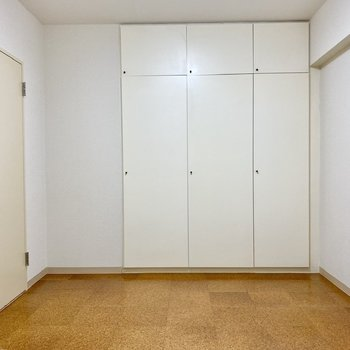 【洋室西】趣味のお部屋などにちょうどよいのでは?