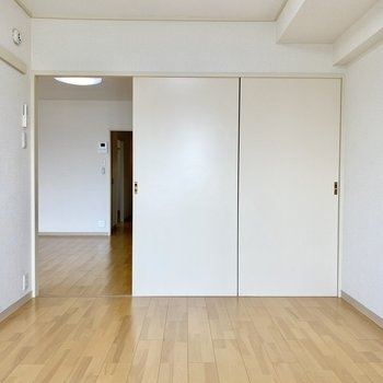 【洋室東】ベッドをおいても十分なスペース。