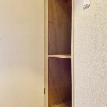 収納棚。リビング前の廊下にあります。