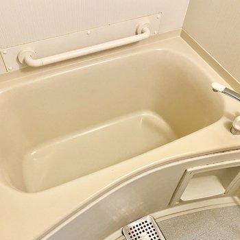 浴槽。深めでリラックスできそうです。