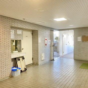 1階共用部。エレベーターや管理人室があります。