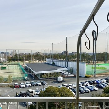 見晴らしの良い眺望。前方にはゴルフ場やテニスコートがあります。