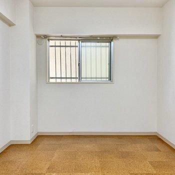【洋室西】窓は廊下に面しています。