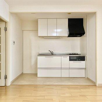 【LDK】キッチン。横に冷蔵庫スペースがあります。