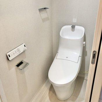 スタイリッシュなトイレも同室に。