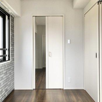 【洋室】クローゼットの扉には姿見付き。