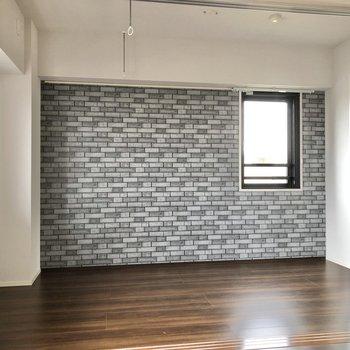 【洋室】お隣の洋室は約5帖。ベッドは壁際に置くことになるでしょうか?