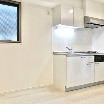 キッチン横には冷蔵庫や棚をどうぞ〜。