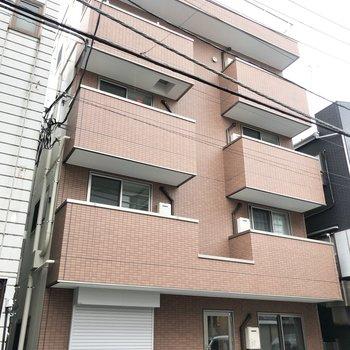 4階建の建物です。赤茶色が素敵。