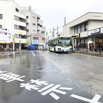 駅前です。ラーメン屋さんなどの飲食店が多いですね。