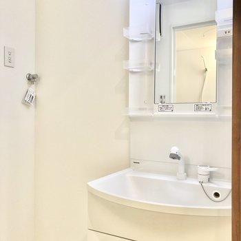 洗面台は小物の整理も便利にできますね。お隣には洗濯機置場も。