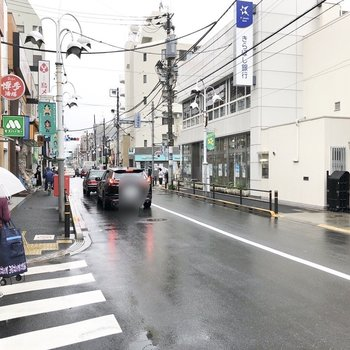 お部屋近くは商店街が広がっています。