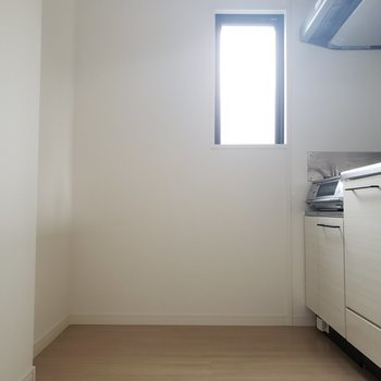 後ろには冷蔵庫も置けそうです♪(※写真は3階の同間取り別部屋のものです)
