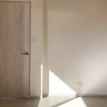 【洋室】こちらの壁には、TVが置けますね。