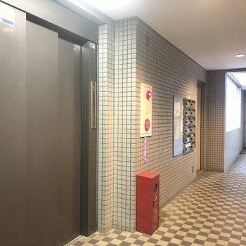 エレベーターで4階のお部屋へ。