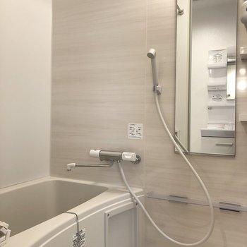 うっすらベージュカラーのリラックスができるバスルーム。