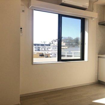 【LDK】1つの窓がお部屋を明るく照らしてくれています。
