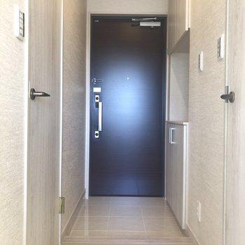 右にトイレ、左に脱衣所です。